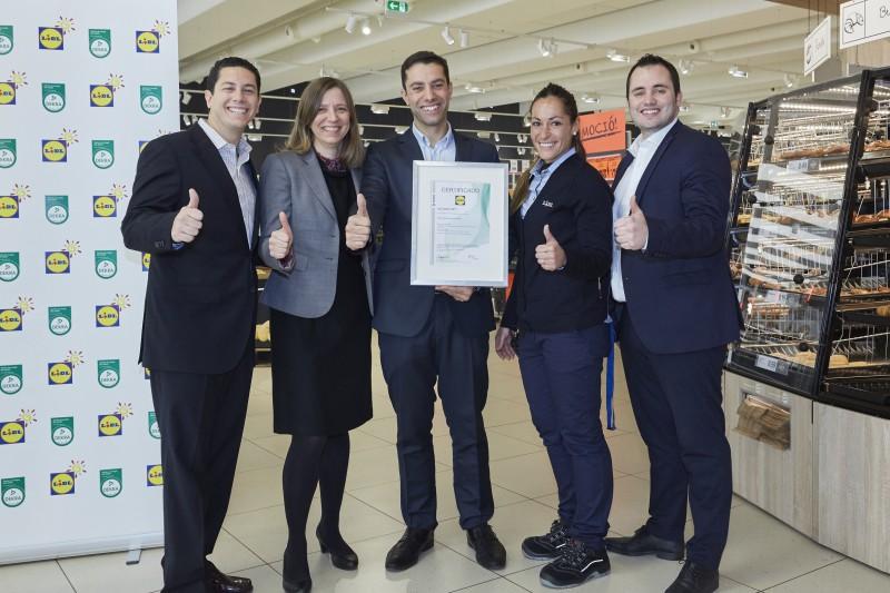 Miembros Del Equipo De Lidl Tras Recibir La Certificacion 38328[1]